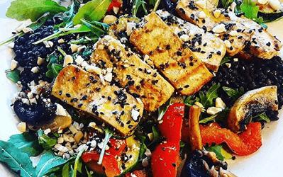 Ensalada de tofu a la plancha con lentejas negras