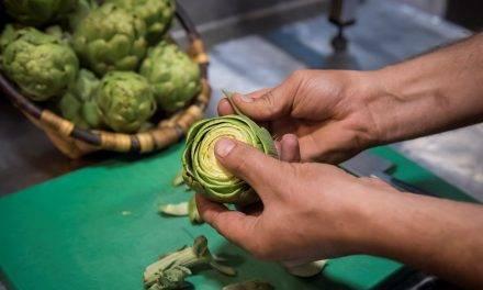 El chef David Lecanda, aconseja limpiar y pelar la alcachofa con mimo