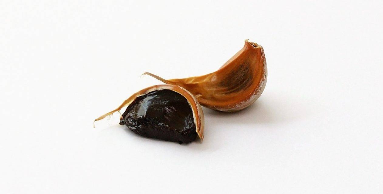 Diez recetas fáciles con ajo negro, un sabor balsámico y que no delata