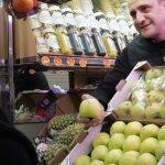 El punto de venta busca reforzar la relación entre los fruteros y sus clientes, con premios para vendedores y compradores