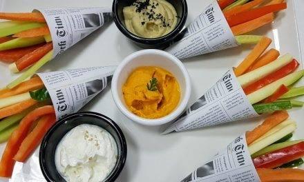 Zanahorias en palitos y enteras, recién cosechadas